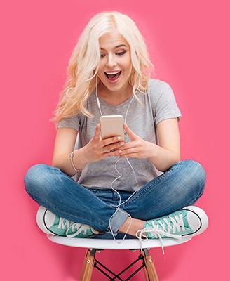 Mädchen chattet auf Chatroom2000