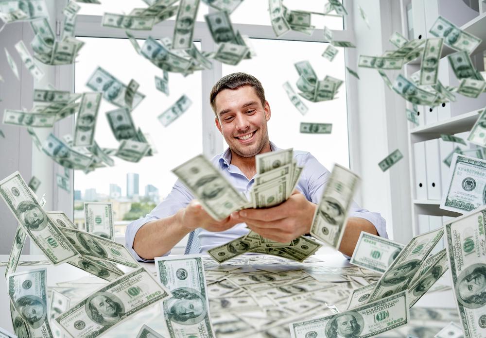 Mann zählt Dollar am Schreibtisch