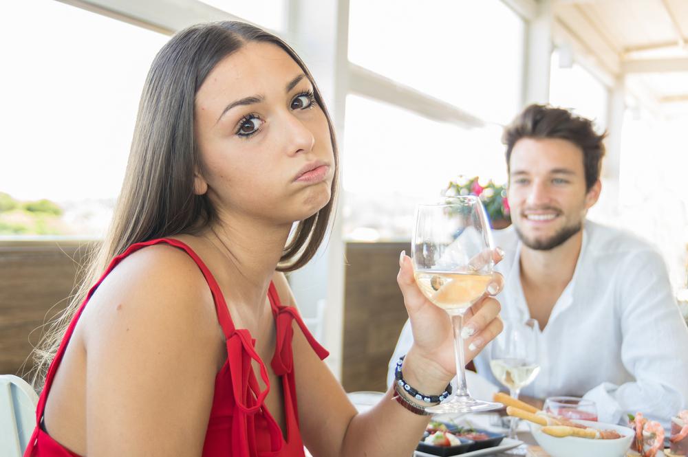 Junge Frau ist beim ersten Date enttäuscht