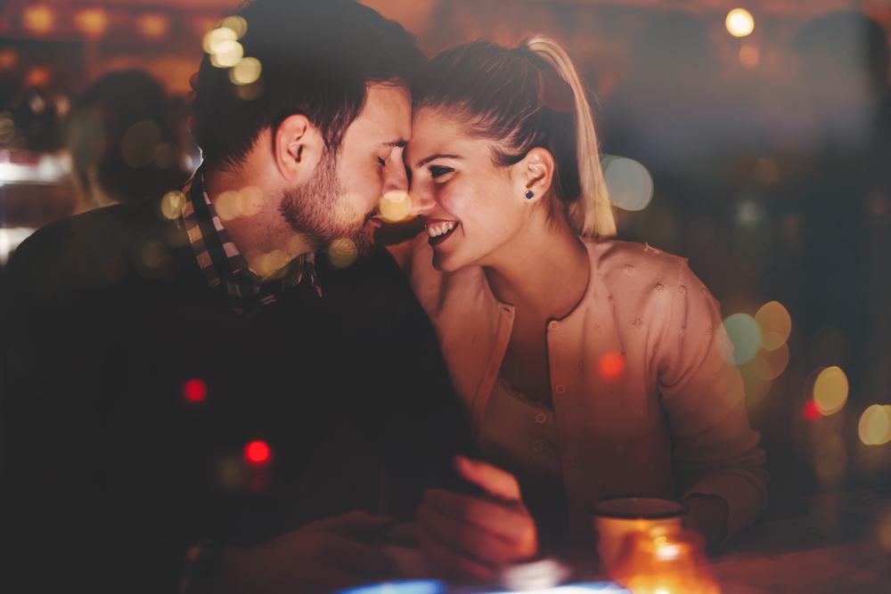Romantisches Paar trifft sich nachts im Pub