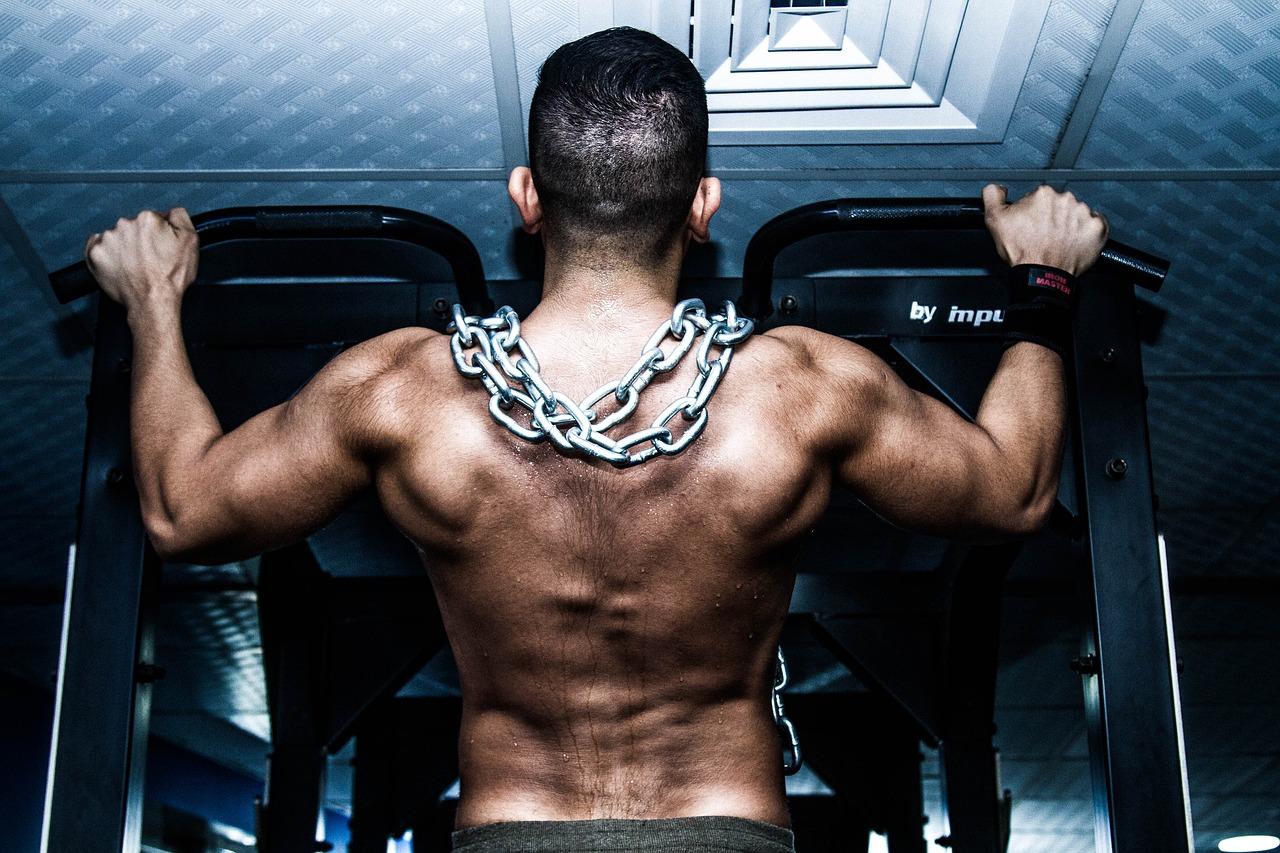 Mann trainiert Muskeln.