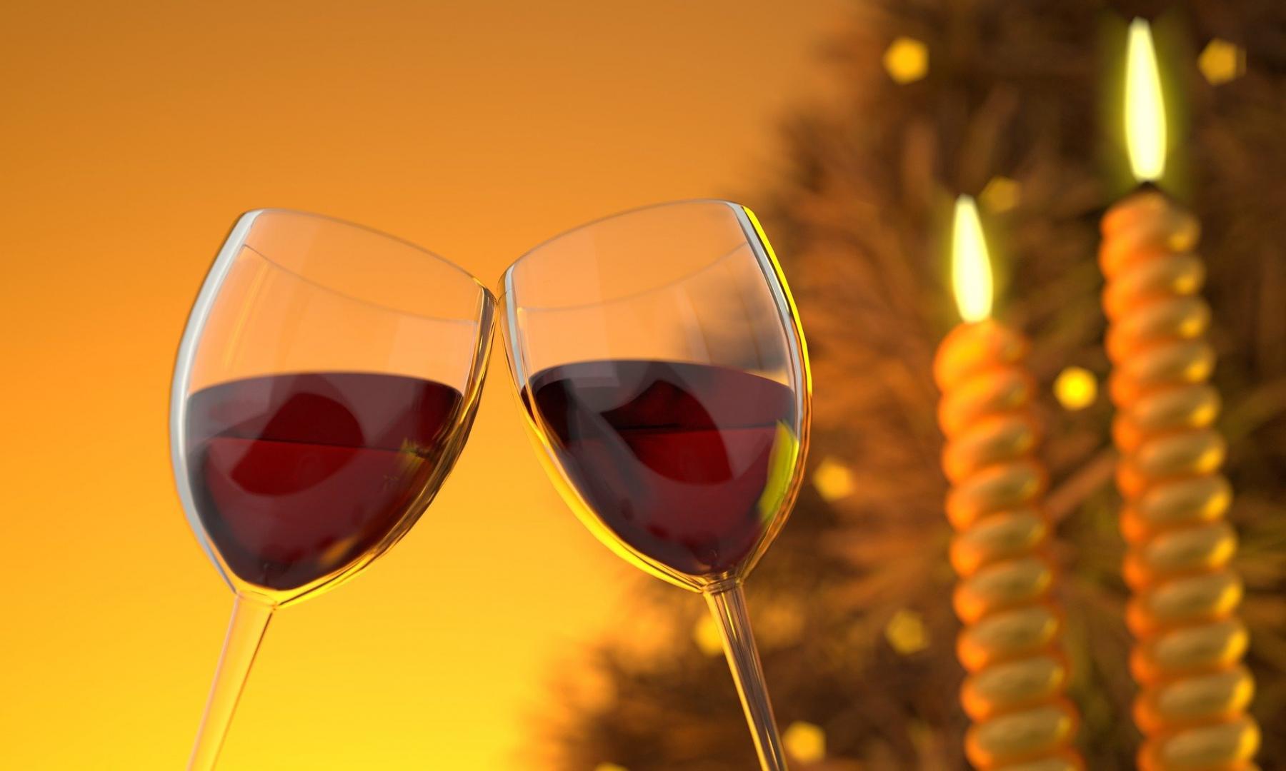 Ein Glas Wein oder Bier beim ersten Date ist durchaus o.k., wenn beide Alkohol trinken.